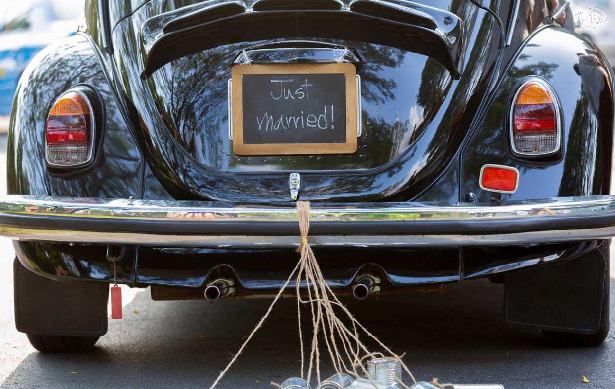 Sposi su una Maserati senza assicurazione: sequestro in autostrada